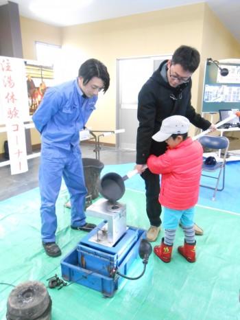 鋳物工場のイメージに一番使われるといえば、溶けた鉄を型に流し込むこのシーンです。子供たちにも体験できる注湯キットを開発しました!