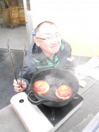 NHKおはよう日本で焼き芋鍋の取材に応じてくれた佐藤さん。焼きリンゴを作ってくれました。たっこうな強火で一気に焼き上げた!