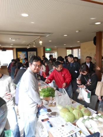 マルシェの様子。朝どり野菜にパン、もち、豆、ジャムなどなど^^