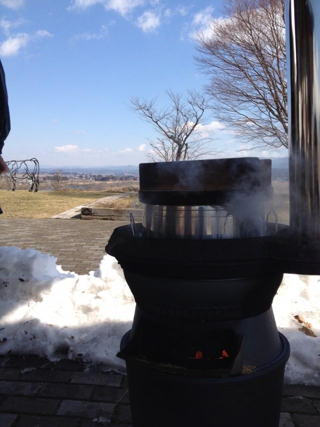 雪の残る中、たくましくご飯は炊ける。ぬか釜活躍!