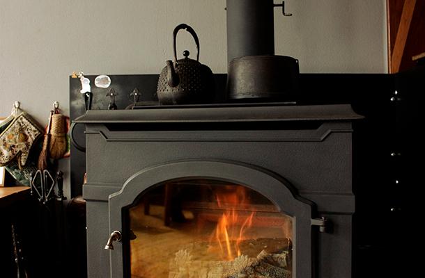 廣瀨さん宅の薪ストーブ。鉄製の薪ストーブにはいつも鉄器が一緒に