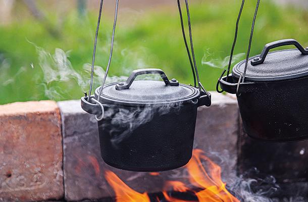 ダッチオーブンとクッカーの魅力を併せ持つ 小さい鉄鍋ココットL