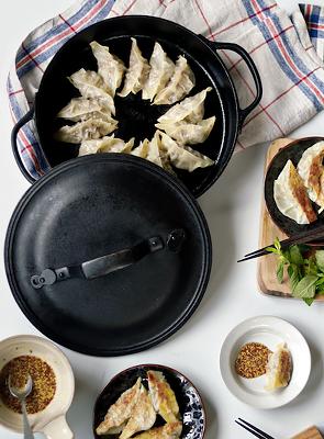 クックトップ丸浅形24㎝でラム肉のレモン餃子 ミント添え